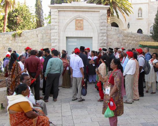 Toeristen en pelgrims bezoeken heilige plaatsen in Jeruzalem. Foto: © Alfred Muller.