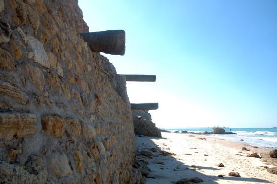 De oude muur aan het strand met Romeinse pilaren. Foto: @ Alfred Muller