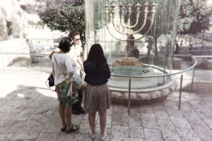 Toeristen bekijken een menora in Jeruzalem. Foto: © Alfred Muller