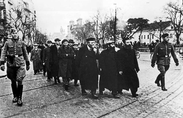 Jews-Poland-March-Camp-1940