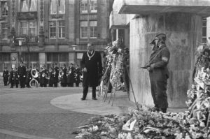 Dodenherdenking_1967_op_de_Dam_in_Amsterdam_burgemeester_Van_Hall_bij_de_kranslegging_-_NL-HaNA_2.24.01.05_0_920-2973_WM063-300x199